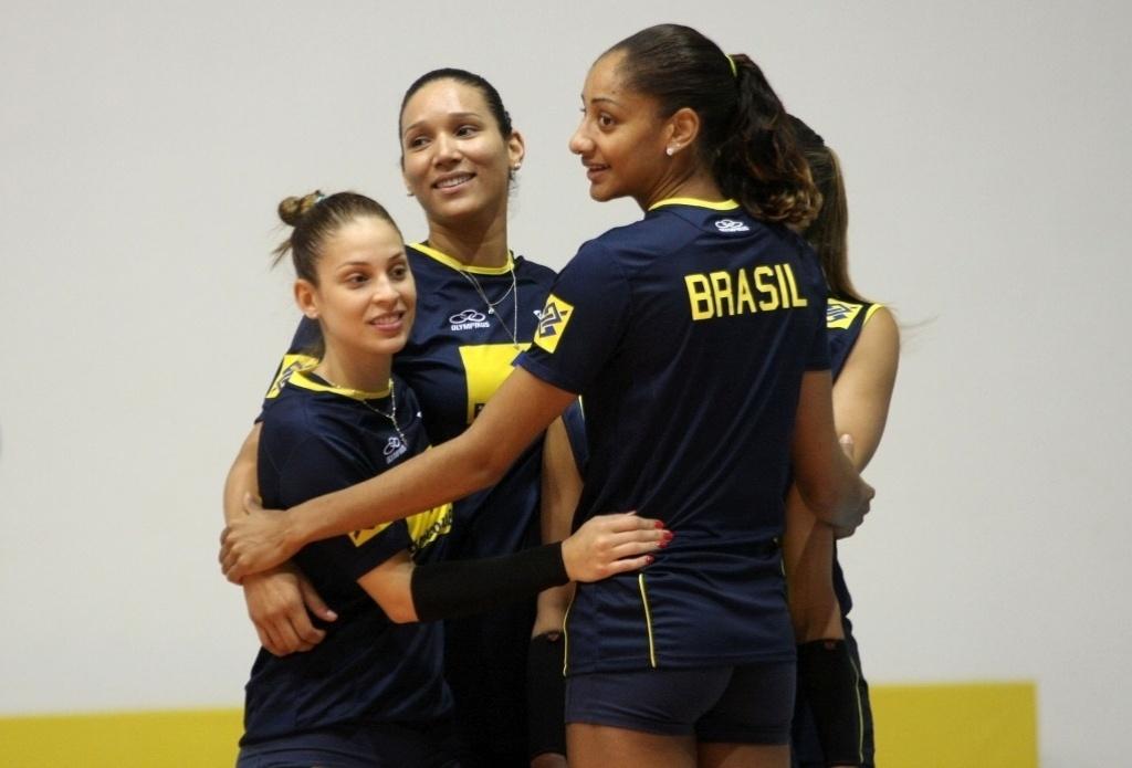 Camila Brait, Tandara e Joycinha durante treino da seleção feminina de vôlei para o Grand Prix 2012