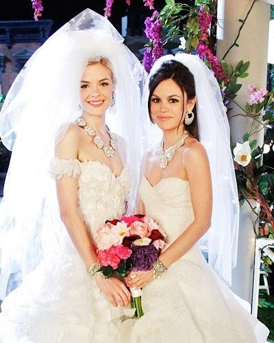 As noivas Lemon Breeland (Jaime King) e Zoe Hart (Rachel Bilson) na série