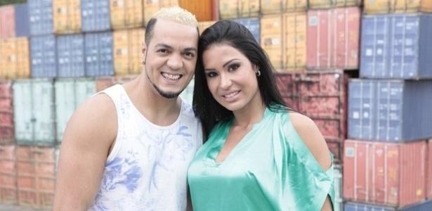 De camiseta, o cantor Belo posa com a mulher Gracyanne Barbosa (7/6/2012)