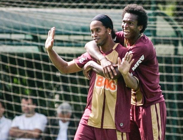 Ronaldinho é abraçado por Jô durante