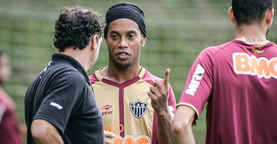 Ronaldinho Gaúcho conversa com o técnico Cuca durante treino do Atlético-MG (8/6/2012)