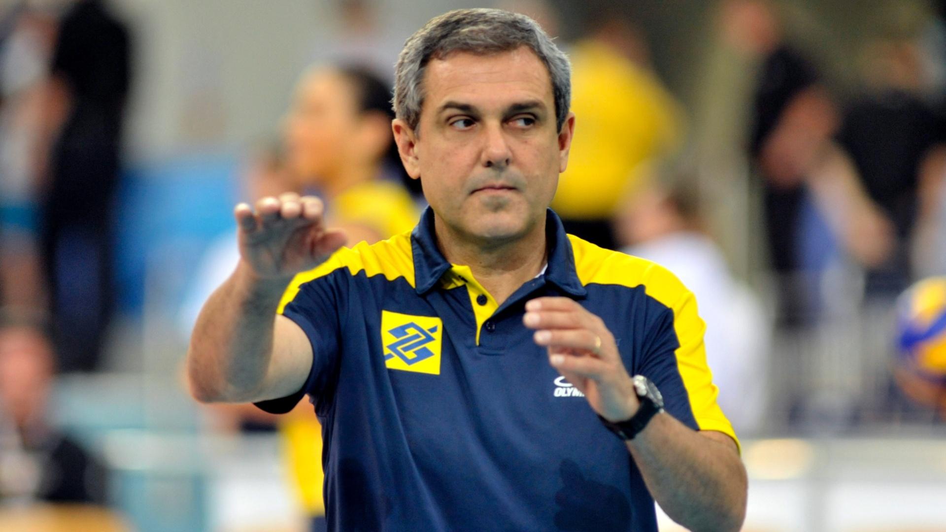 Técnico José Roberto Guimarães dá instruções para as brasileiras em jogo na Polônia