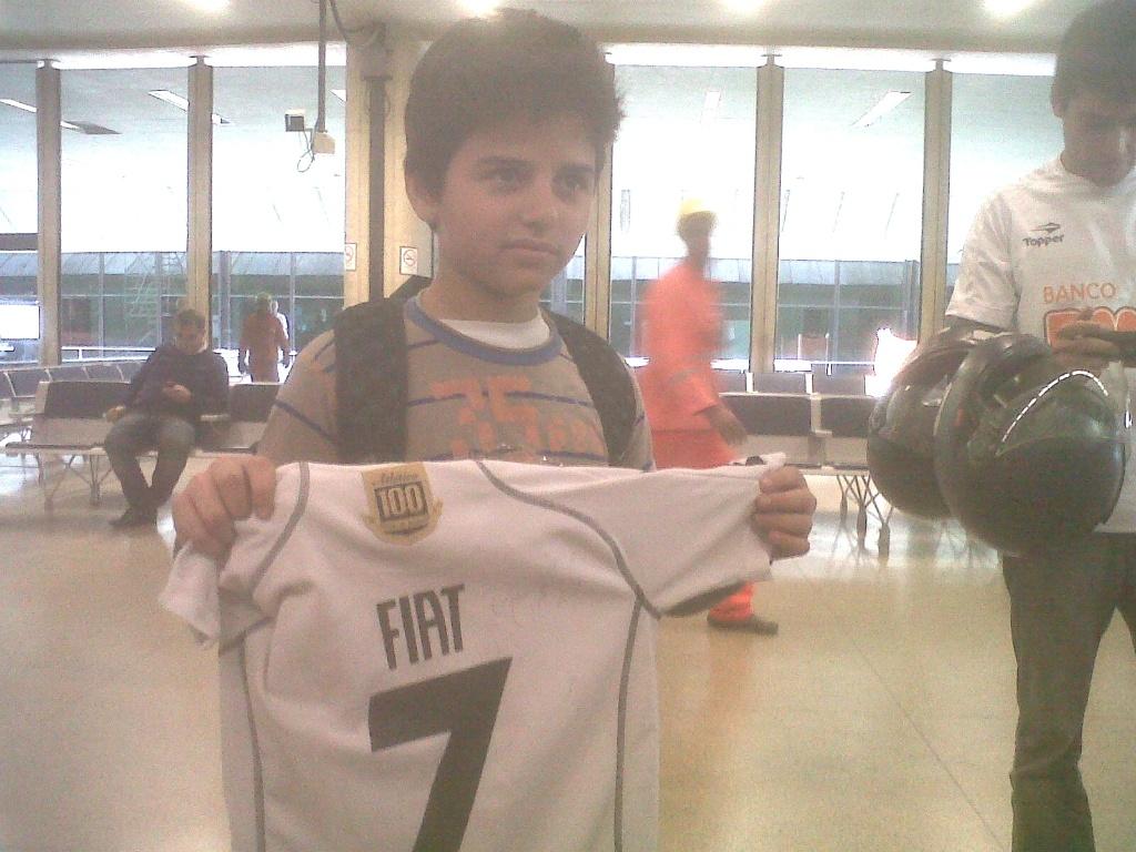 Torcedor do Atlético-MG, Daniel Maganhães, de 12 anos, consegue autógrafo de Ronaldinho (8/6/2012)