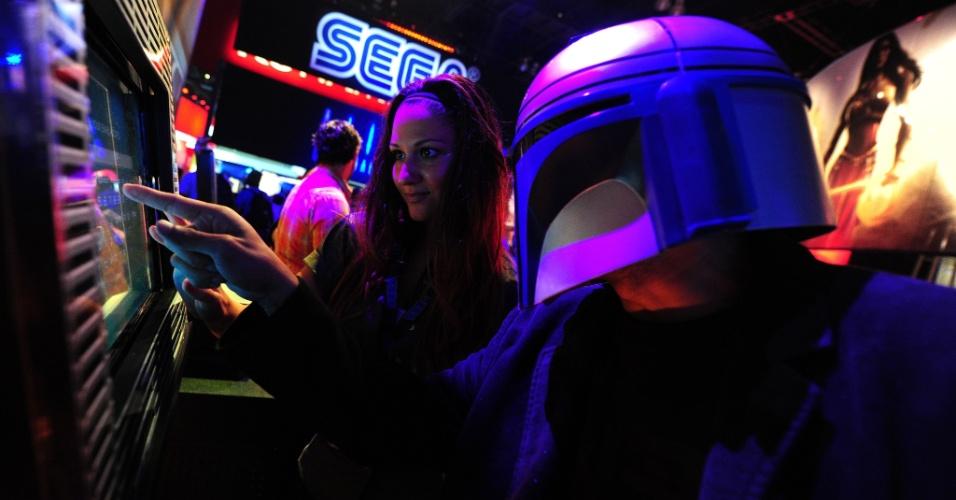 Utilizando um capacete, visitante tira foto na área do estande da Sega reservada para
