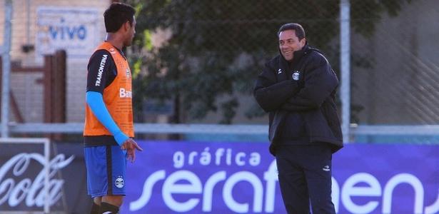 Vanderlei Luxemburgo (d) conversa com Werley em treinamento do Grêmio (08/06/2012)