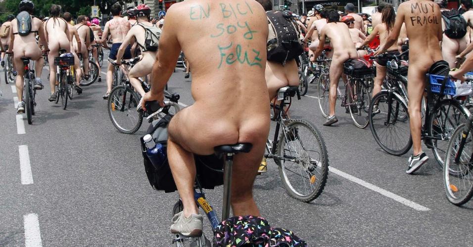 09.jun.2012 - Protesto de ciclistas nus