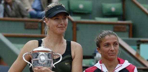 Após cerimônia de premiação, Sharapova (esq) e Errani posam para foto