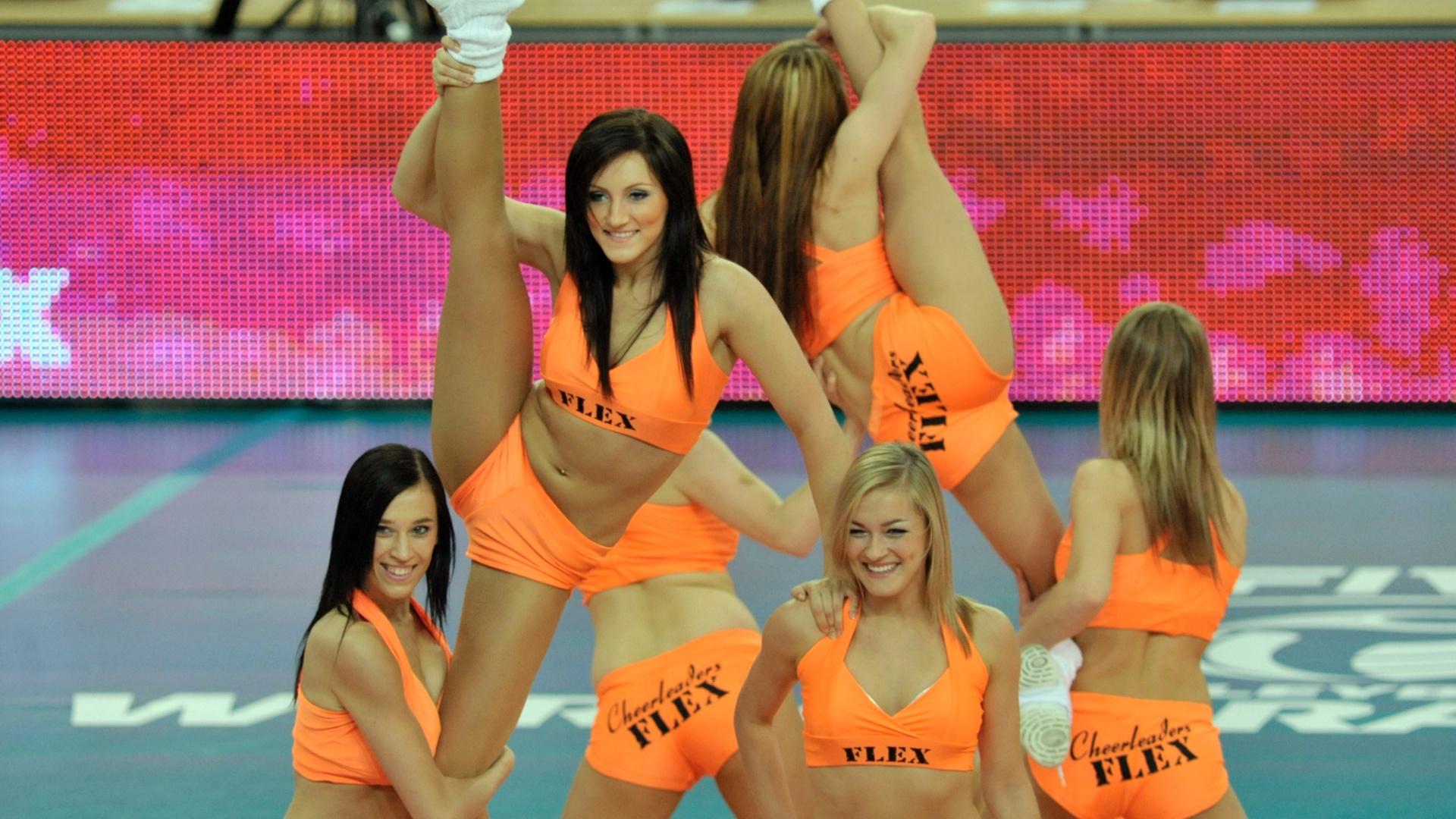 Cheerleaders polonesas animam a torcida antes da partida