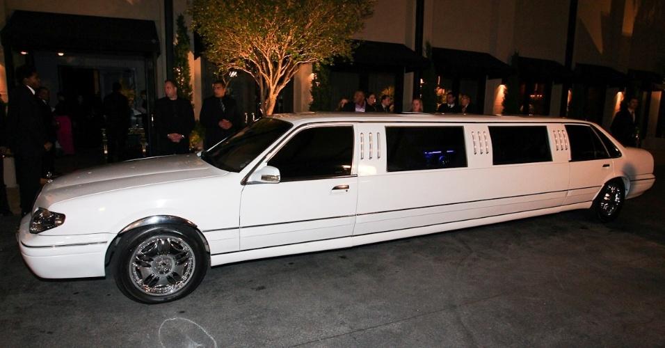 Dentinho chega em uma limousine branca ao seu casamento com Dani Souza na Casa Petra Moema, em São Paulo (9/6/2012)