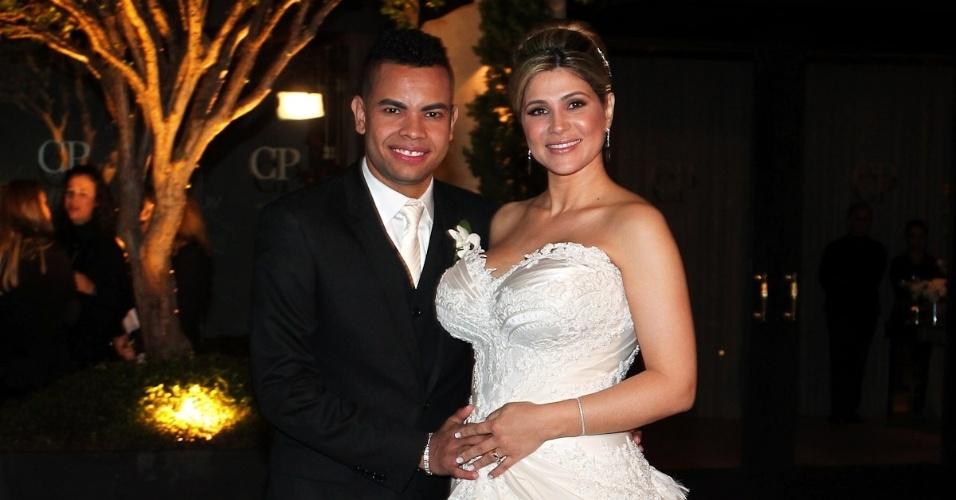 Dentinho e Dani Souza posam para foto no dia do seu casamento na Casa Petra Moema, em São Paulo (9/6/2012)
