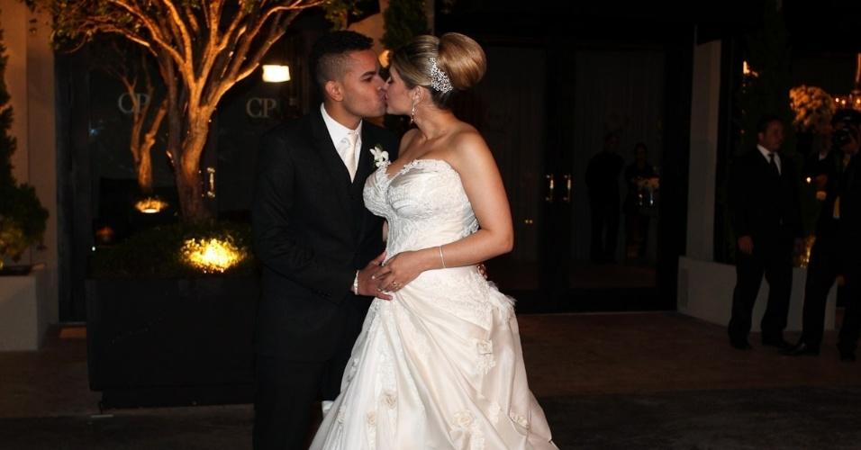 Dentinho e Dani Souza se beijam no dia do seu casamento na Casa Petra Moema, em São Paulo (9/6/2012)