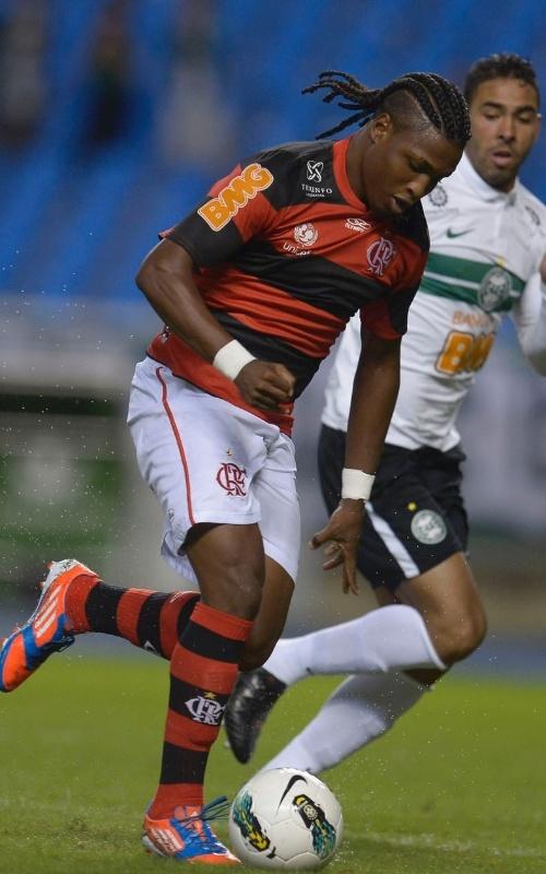 Diego Maurício, atacante do Flamengo, passa por jogadores do Coritiba em jogo do Brasileirão