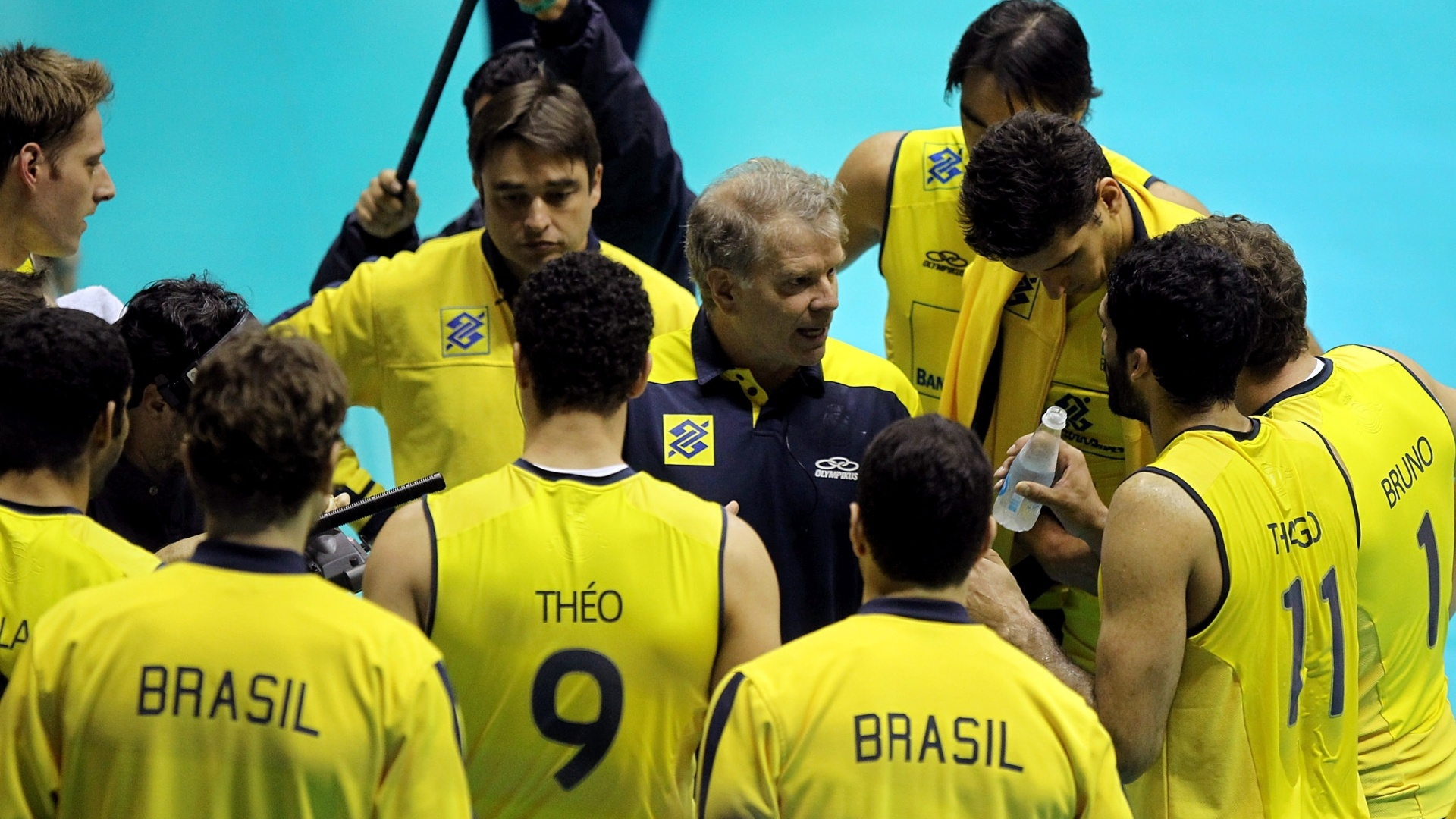 Equipe brasileira durante tempo técnico na partida entre Brasil e Canadá pela Liga Mundial de Vôlei