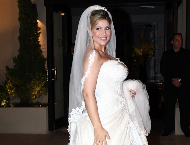 Grávida de cinco meses, Danielle Souza chega vestida com um tomara-que-caia ao seu casamento com o jogador Dentinho na Casa Petra Moema, em São Paulo (9/6/2012)