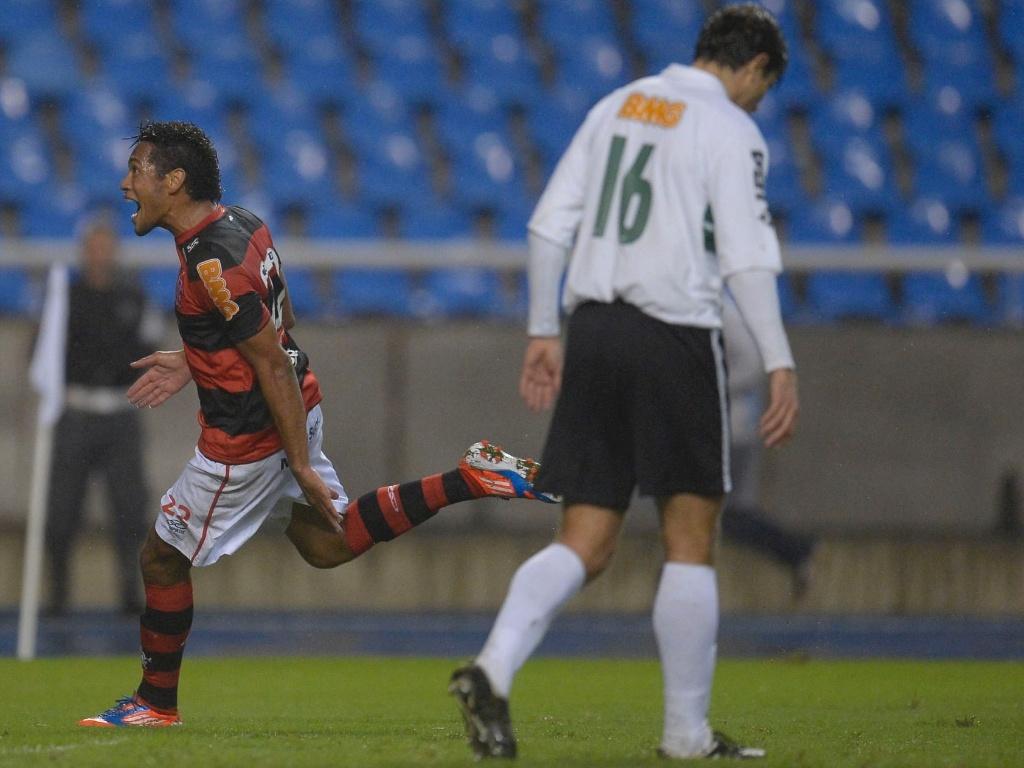 Hernane celebra gol em partida cont