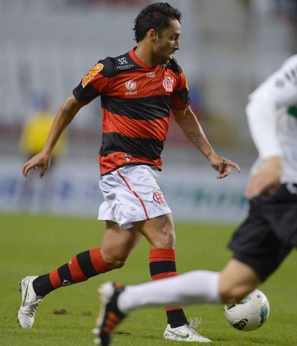 Ibson, meia do Flamengo, conduz a bola no Engenhão em partida contra o Coritiba pelo Brasileiro