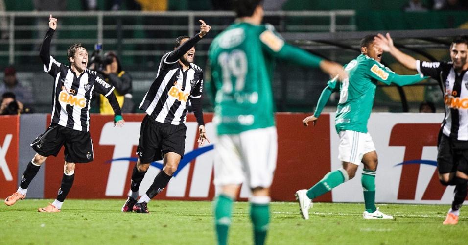 Jogadores do Atlético-MG reclamam após gol anulado da equipe contra o Palmeiras no Pacaembu
