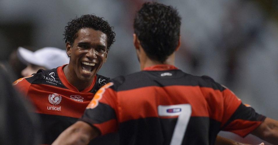 Luiz Antônio (e.) comemora gol em partida do Brasileirão diante do Coritiba no Engenhão