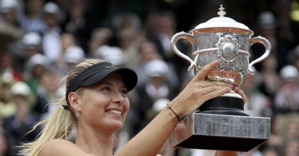 Maria Sharapova exibe conquista de Roland Garros