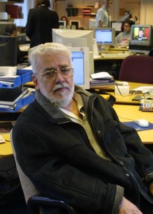 O escritor e jornalista Ivan Lessa na redação da BBC Brasil, em Londres - BBC