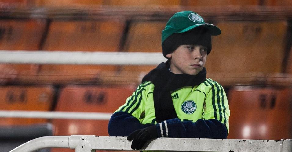 Protegido do frio, pequeno torcedor palmeirense espera o começo da partida contra o Atlético