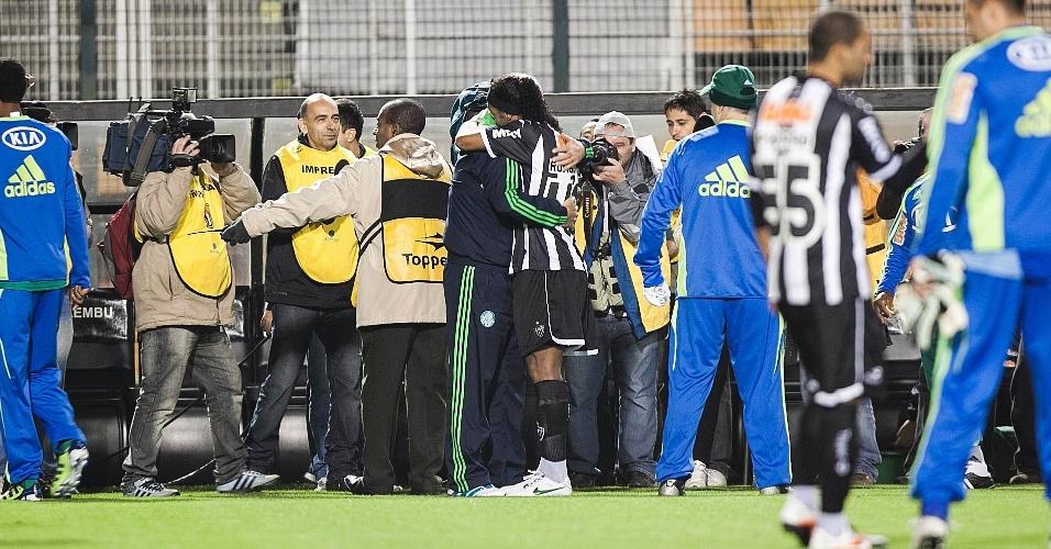 Ronaldinho Gaúcho, do Atlético-MG abraça o técnico Luiz Felipe Scolari, do Palmeiras antes de jogo