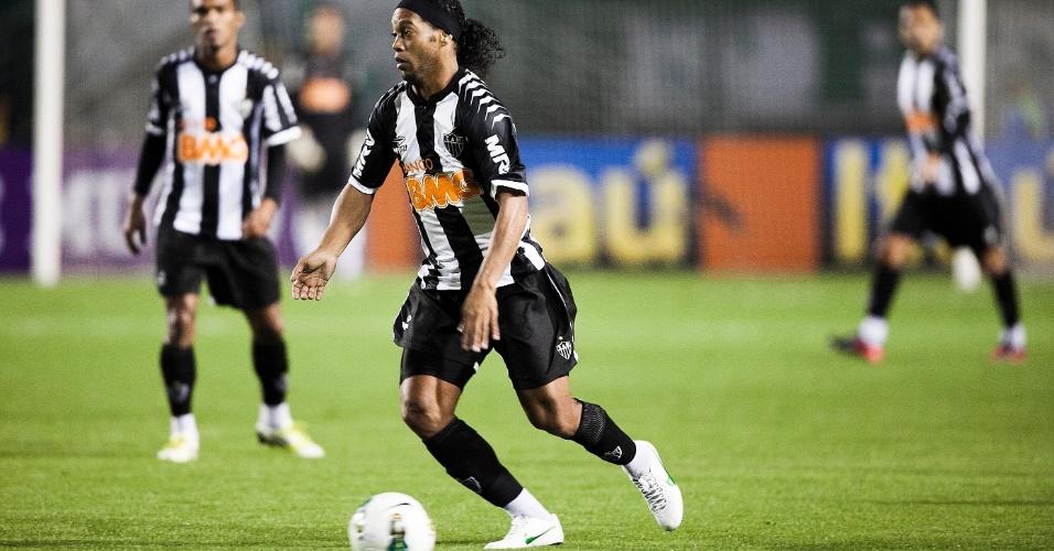 Ronaldinho Gaúcho domina bola no meio de campo em partida contra o Palmeiras no Pacaembu