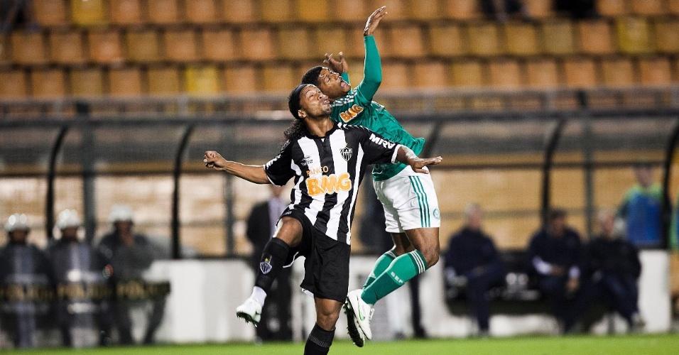 Ronaldinho Gaúcho (e.) disputa bola em partida disputada neste sábado no Pacaembu contra o Palmeiras
