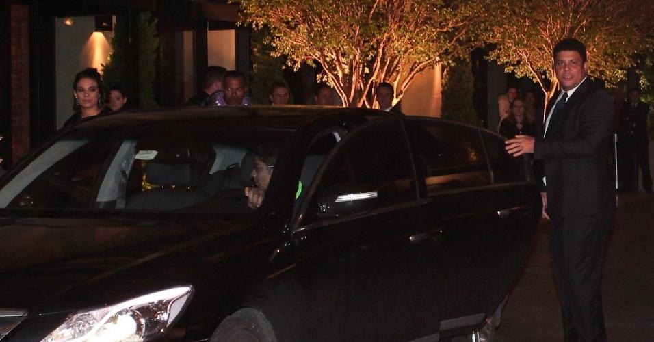 Ronaldo e sua mulher, Bia Antony, chegam atrasados, às 22h26, ao casamento de Dani Souza e Dentinho na Casa Petra Moema, em São Paulo (9/6/2012)