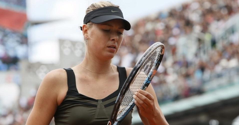 Sharapova arruma a raquete durante final de Roland Garros