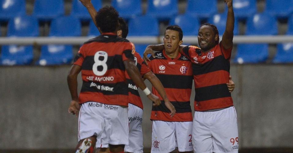 Vagner Love (d.) celebra gol do Flamengo com seus companheiros neste sábado, no Engenhão