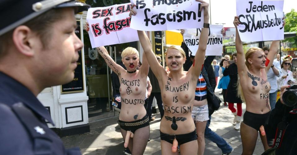 10.jun.2012 - Ativistas do grupo feminista Femen realizam neste domingo (10), protesto contra o fascismo da indústria do sexo, em frente a bordel no