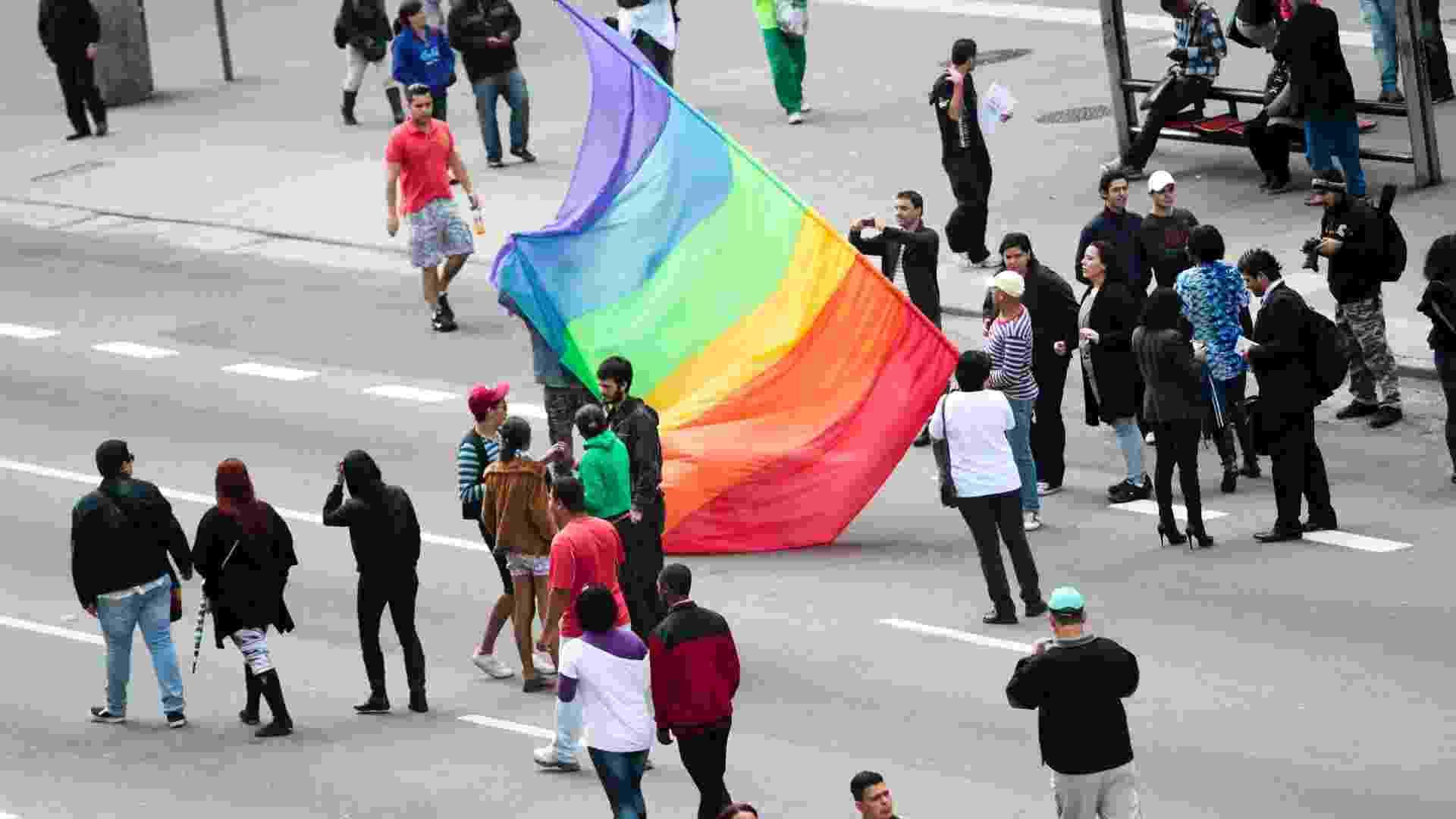 10.jun.2012 - Participantes começam a chegar na manhã deste domingo (10) na avenida Paulista, para a 16ª edição da Parada do Orgulho LGBT de São Paulo - Fernando Donasci/UOL