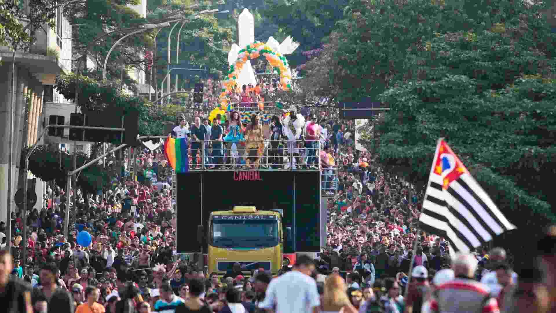 10.jun.2012 - Participantes se divertem na tarde deste domingo (10) durante a 16ª edição da Parada do Orgulho LGBT de São Paulo, na rua da Consolação - Leonardo Soares/UOL