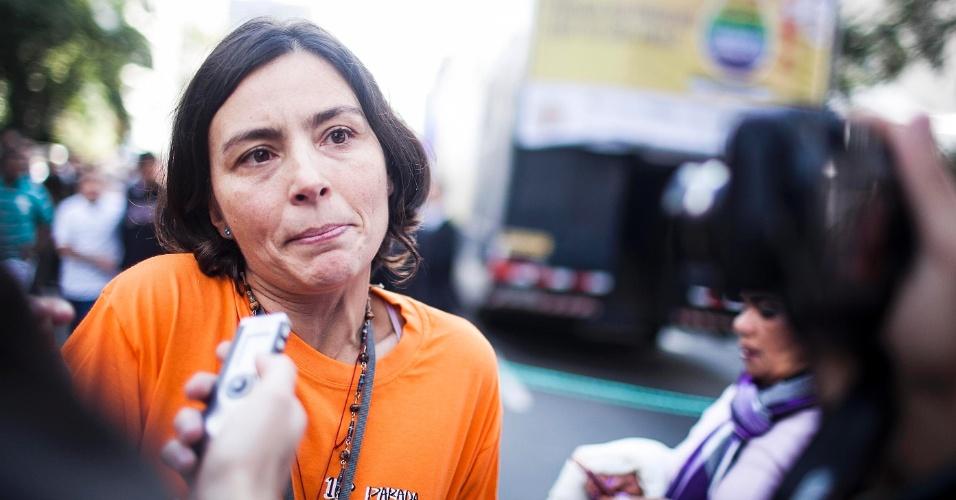 10.jun.2012 - Pré-candidata à Prefeitura de São Paulo, Soninha Francine chega na manhã deste domingo (10) à avenida Paulista para a 16ª edição da Parada do Orgulho LGBT de São Paulo