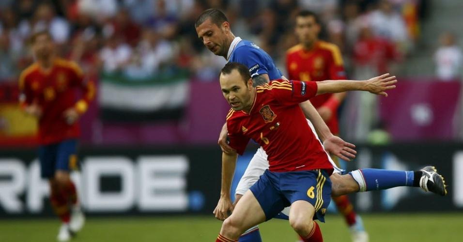 Andres Iniesta e Thiago Motta disputam a bola durante confronto entre espanhóis e italianos