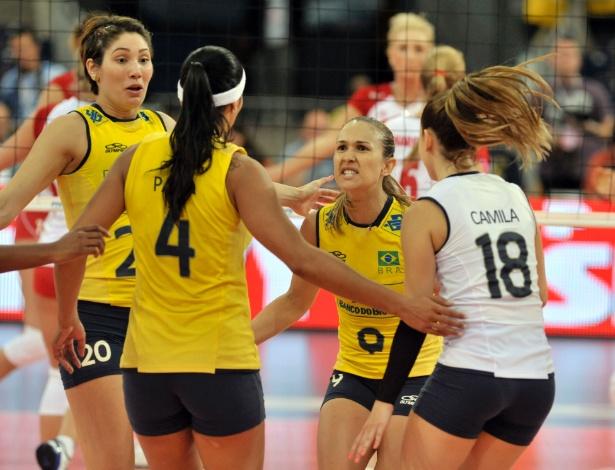 Brasileiras comemoram ponto marcado contra a Polônia em partida válida pelo  Grand Prix aef49d270ccb8