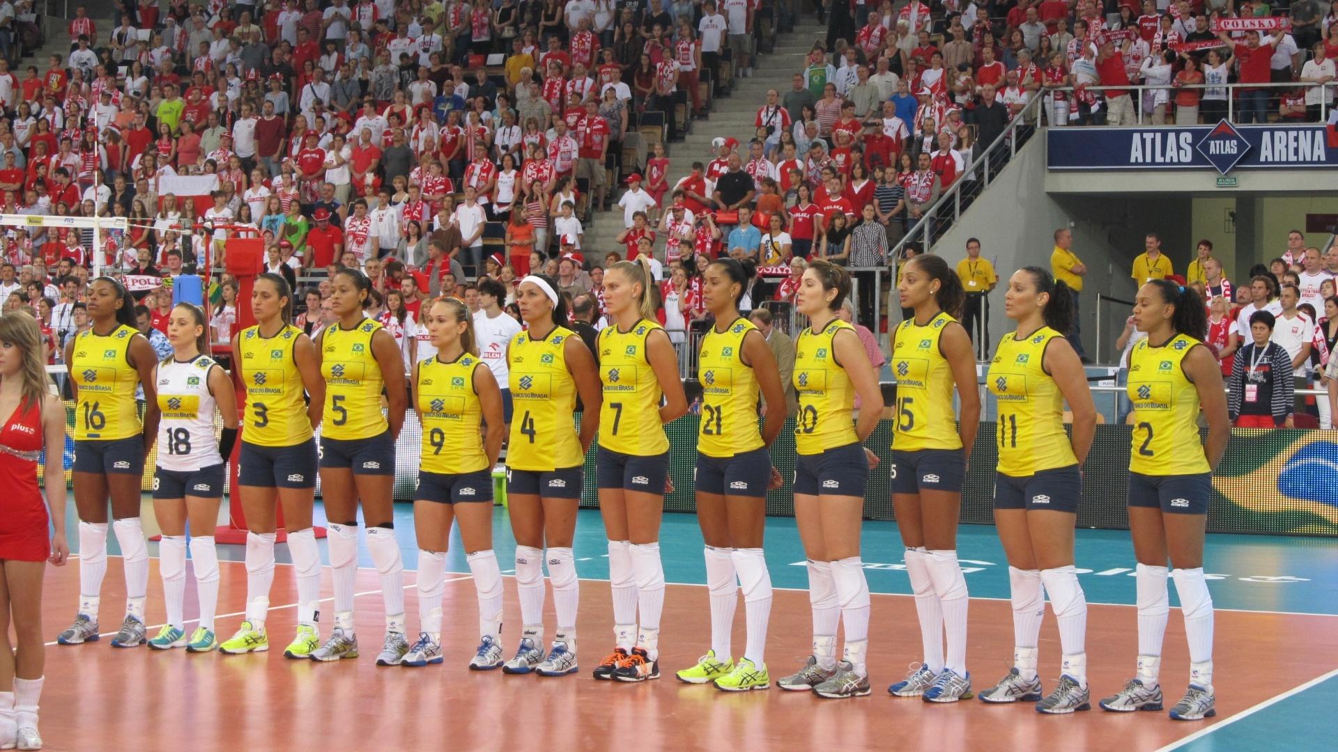 Brasileiras perfiladas antes da partida contra a Polônia pelo Grand Prix