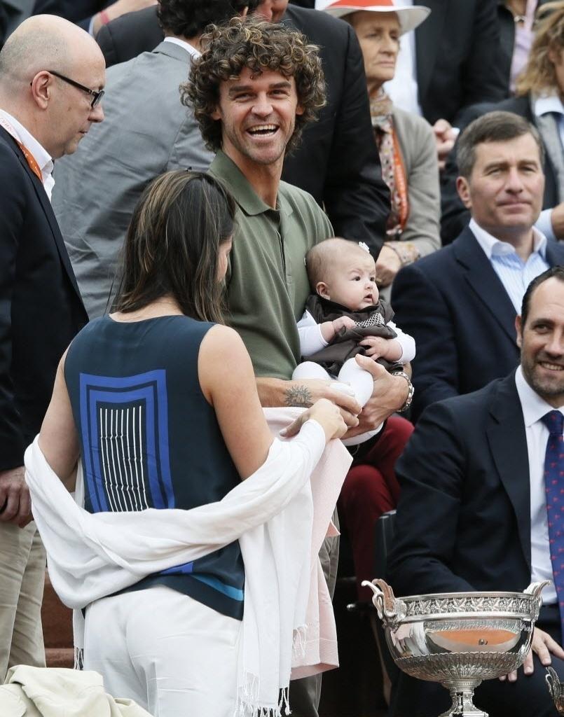 Com a filha no colo, Gustavo Kuerten, o Guga, acompanha de perto a decisão de Roland Garros entre Nadal e Djokovic