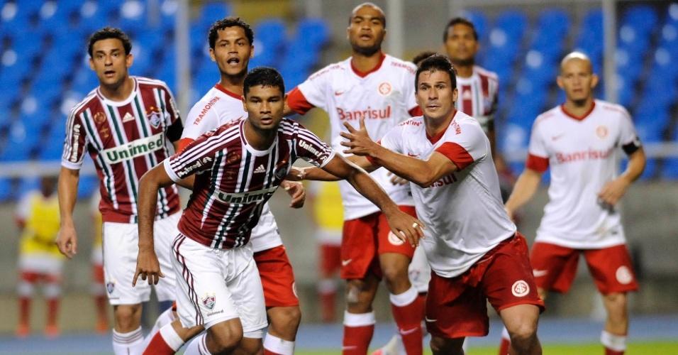 Jogadores de Internacional e Fluminense brigam por espaço na área antes de cobrança de escanteio
