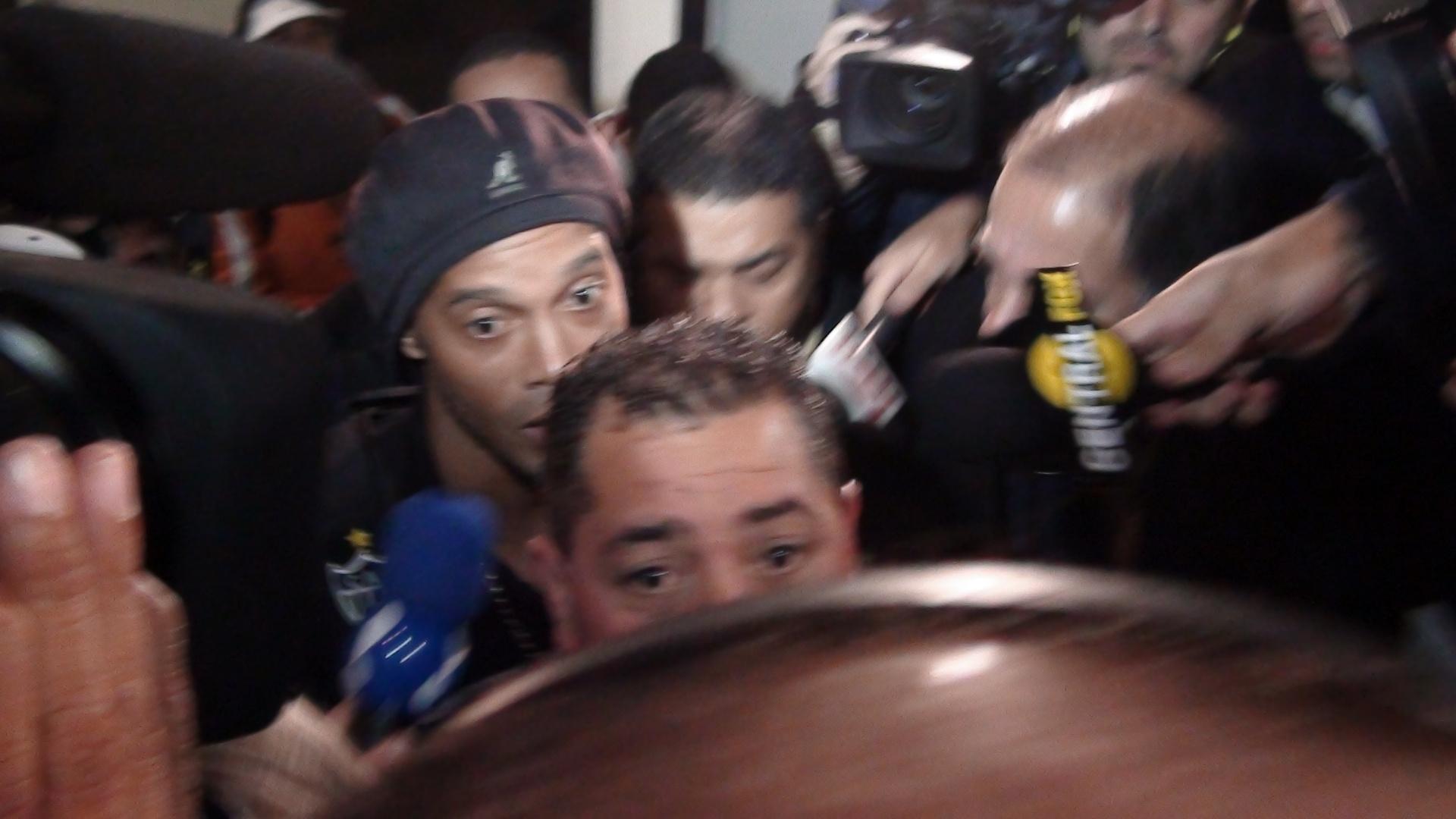 Ronaldinho Gaúcho sai do vestiario do Pacaembu escoltado por seguranças