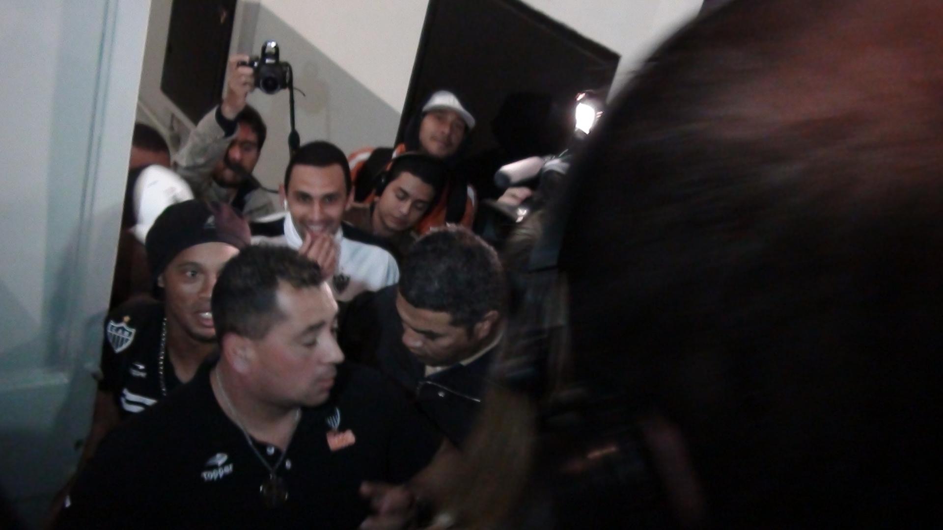 Ronaldinho vê multidão de jornalistas a sua espera após estreia pelo Atlético-MG
