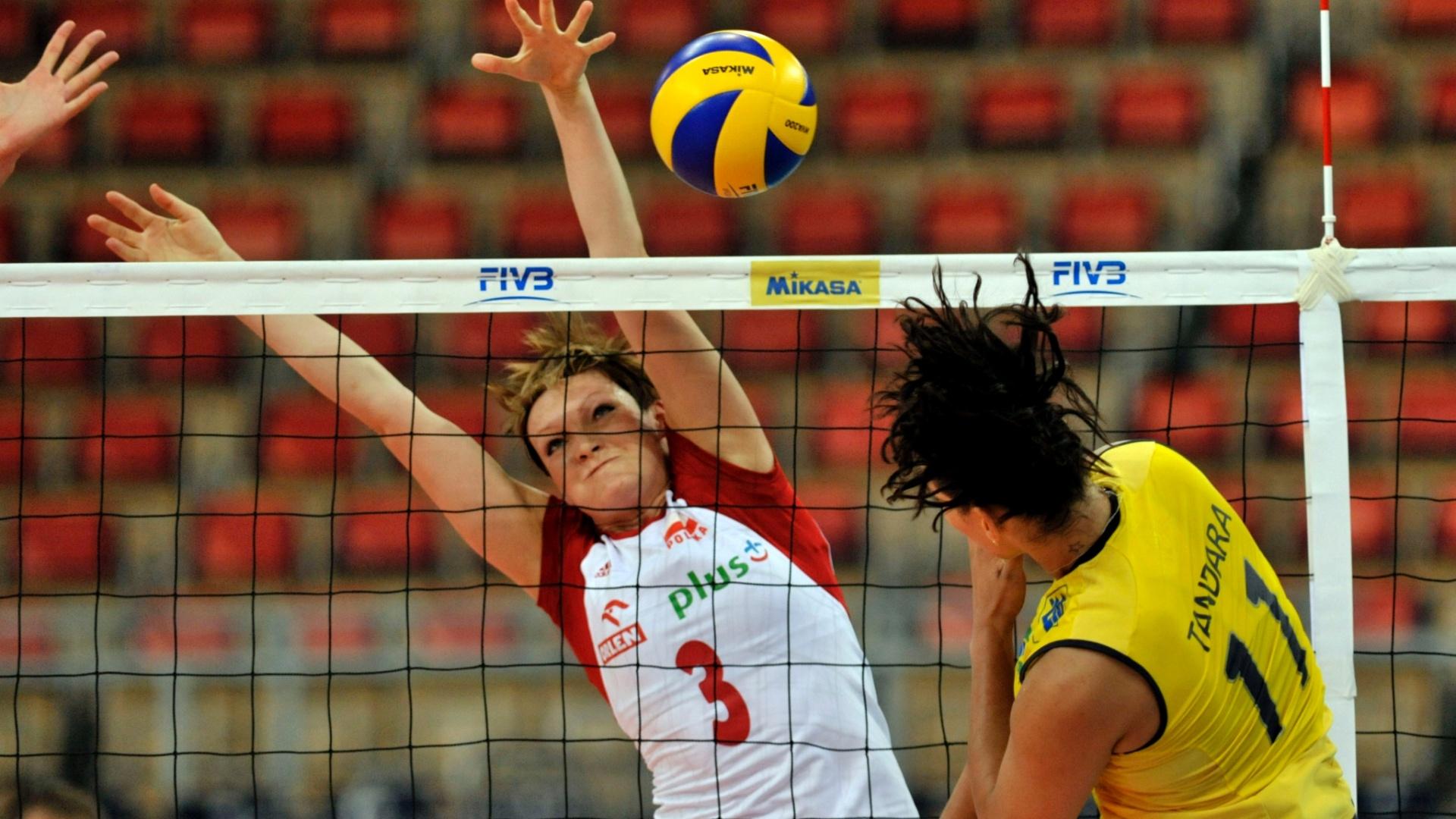 Tandara tenta o ataque para o Brasil na partida contra a Polônia pelo Grand Prix