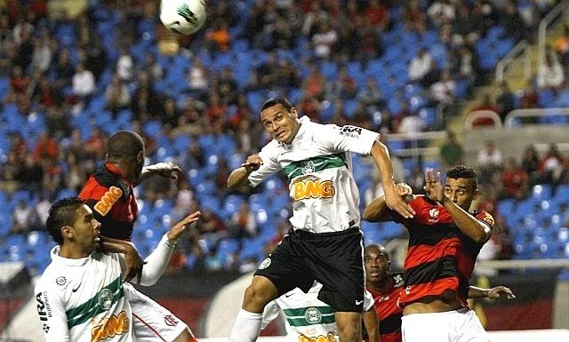 Zagueiro Emerson do Coritiba se prepara para cabecear, no jogo com o Flamengo (09/06/20120
