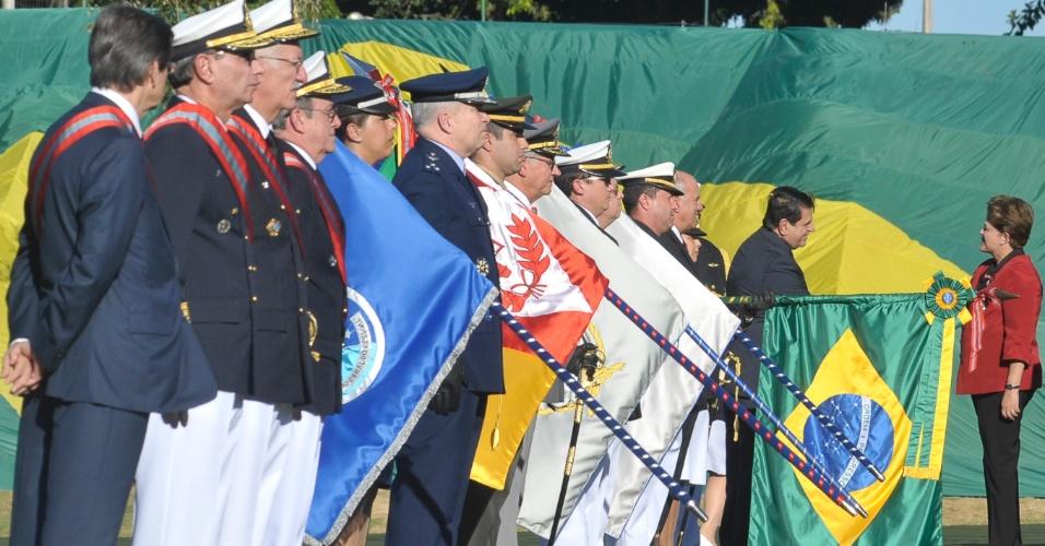 11.jun.2012 - A presidente Dilma Rousseff participou nesta segunda (11) da cerimônia do 147º aniversário da Batalha Naval do Riachuelo, em Brasília. No evento, ela condecorou mais de 180 civis, militares e instituições com a Medalha da Ordem do Mérito Naval