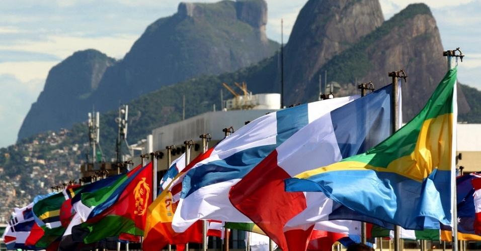 11.jun.2012 - Bandeiras de países participantes da Rio+20 no Forte de Copacabana, no RJ