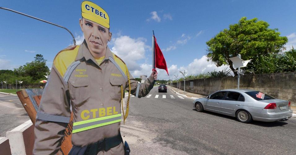 11.jun.2012 - Boneco de trânsito com o rosto do presidente Barack Obama vira atração na cidade de Belém, capital do Pará