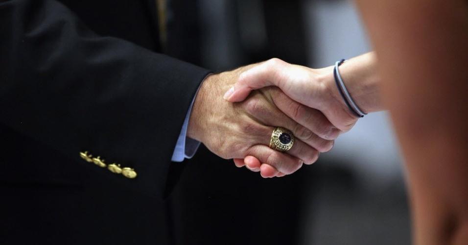 11.jun.2012 - Candidato a vaga de emprego (esquerda) cumprimenta potencial empregador