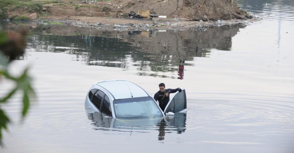 11.jun.2012 - Carro é retirado de águas do Arroio Dilúvio, em Porto Alegre (RS)