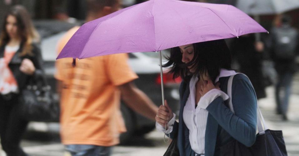11.jun.2012 - Chuva na rua XV de Novembro, região central de São Paulo